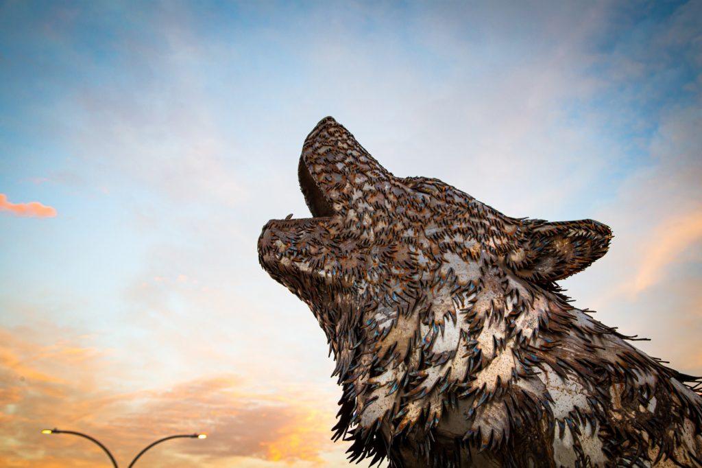 wolf sculpture howling